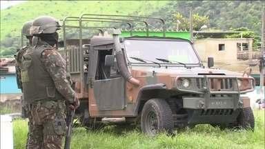 Militares fazem sexta operação na Vila Kennedy (RJ), em duas semanas - No Rio, a Vila Kennedy acordou mais uma vez sob o olhar de milhares de militares. Eles tentam sufocar o tráfico e diminuir a violência na comunidade.