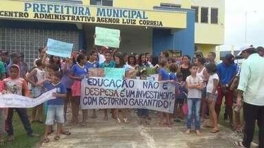 Pais e alunos continuam acampados na prefeitura de Theobroma, em RO - Os manifestantes reivindicam que uma escola rural da região não seja fechada.