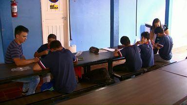 Prefeitura diz que não foi procurada por Núcleo de Educação para obras em escola - Alunos estão sendo obrigados a estudar em saguão, devido a falta de salas de aula.