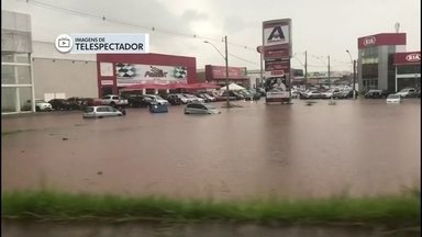 Chuva forte deixa várias ruas do DF totalmente alagadas - Em Taguatinga, alguns carros ficaram ilhados e passageiros não puderam sair da estação do metrô Águas Claras.