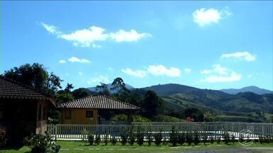 Donos de hotéis e pousadas de Visconde de Mauá continuam otimistas a espera dos turistas - Hoteleiros instalaram faixas de sinalização sobre acesso pela RJ-161, que está liberada.