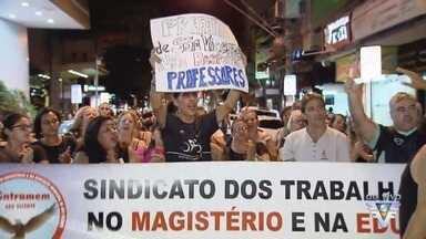 Servidores protestam em frente à Prefeitura de São Vicente - Eles reivindicam um reajuste maior nos salários e benefícios.