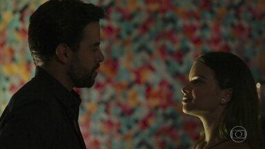 Melissa e Amaro se encontram - Amaro se mostra ansioso para conhecer melhor a moça