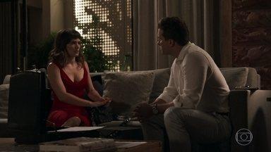 Clara conta a Patrick que aceitou se casar com Renato - Advogado impede que a milionária fale com Beth e fica surpreso com a novidade