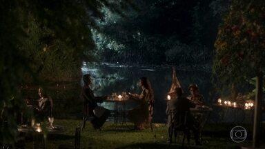 Vicente leva Maria Vitória para jantar num lugar especial - Ele comenta que sente saudade de velejar