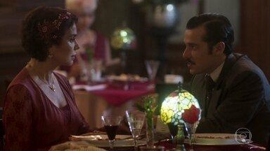 Na confeitaria, Emília se declara a Fernão - Tomaso e Giuseppe observam desconfiados das intenções dele