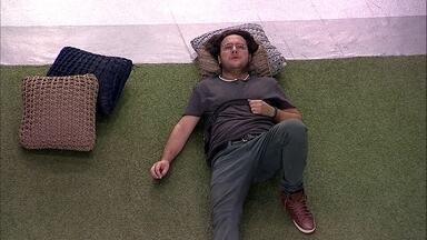 Diego se isola e deita no gramado após a Eliminação de Patrícia - Na área externa da casa, Diego está pensativo