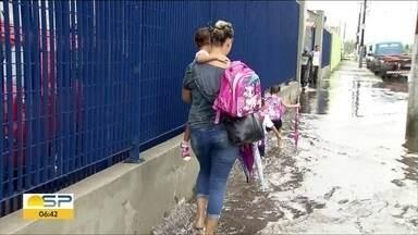 Chuva forte causa alagamentos e transtornos na Baixada Santista - Moradores de cidades como Santos, São Vicente e Betioga sofreram com as enchentes que se formaram.