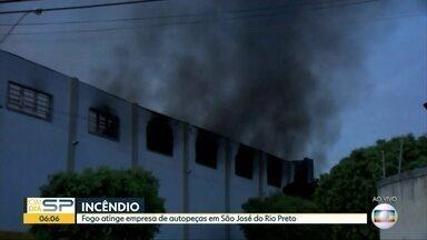 Incêndio atinge loja de autopeças em São José do Rio Preto - Fogo começou de madrugada e assustou moradores