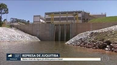 Baixo nível de água na Represa de Juquitiba preocupa moradores - Em um ano, o nível da Represa de Juquitiba baixou muito, prejudicando pesca e lazer. Moradores suspeitam que seja consequência da construção de uma hidrelétrica. O reservatório deve fazer parte de um novo sistema de abastecimento.