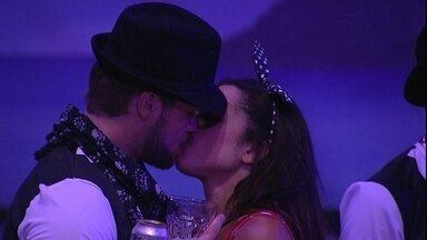 Breno para Paula: 'Um beijinho, você quer' - Brother e Paula se beijam