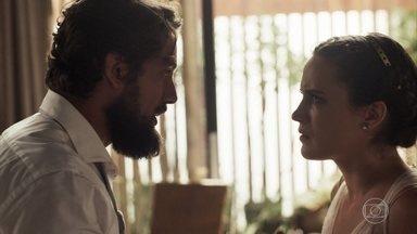 Clara desmascara Renato - A milionária revela que sabe que o médico sempre quis as esmeraldas. Josafá se lembra de uma conversa com Renato e também se revolta