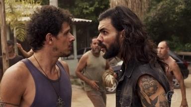 Mariano e Zé Victor se desesperam com a explosão da mina - Sophia é avisada sobre acidente e decide ir até Pedra Santa