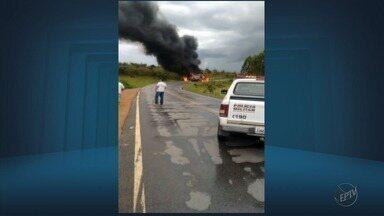Dois motoristas ficam feridos após carretas baterem e pegarem fogo em São Tiago (MG) - Dois motoristas ficam feridos após carretas baterem e pegarem fogo em São Tiago (MG)