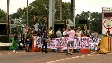 Motociclistas fazem protesto na praça de pedágio de Jataizinho - Os manifestantes pedem diminuição no valor da tarifa. As cancelas ficaram liberadas por cerca de três horas.