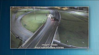 Carro entra na contramão na BR-277 e atinge caminhão, em Cascavel - A motorista do carro foi presa por dirigir embriagada.