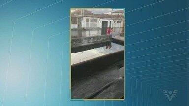 Maré alta provoca alagamento de ruas em Santos e São Vicente - Fenômeno deixou equipes da Defesa Civil em alerta.