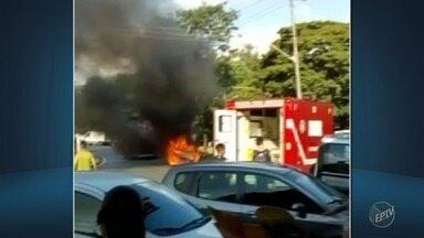 Família sofre queimaduras após carro pegar fogo em Sumaré - Um homem e seus dois filhos, de quatro e dois anos, ficaram feridos. Um morador de rua ajudou a resgatar a família. Garotos tiveram 70% do corpo queimado.