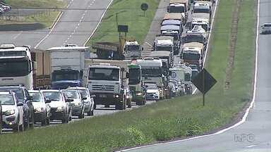 Peça gigante não passa por trecho em obra e causa congestionamento - Foi na PR-151, entre Ponta Grossa e Carambeí.