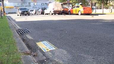 Motoristas estacionados em lugar irregular podem ter o carro guinchado em Curitiba - Serviço estava suspenso na capital há mais de dois anos, e foi retomado na semana passada. Medida divide opinião de motoristas.
