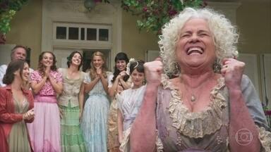 Ofélia incentiva suas filhas a se casarem com um homem de posses - Ema anuncia a chegada de Camilo e diz que haverá um baile na casa de seu avô, o Barão de Ouro Verde. Ofélia se empolga e já faz planos para o grande baile