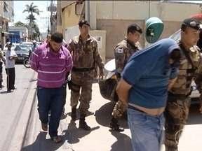 Quatro homens são presos durante operação contra o tráfico de drogas em Montes Claros - De acordo com a Polícia Militar, entre presos está o líder da quadrilha que atuava no tráfico de drogas no Bairro Santos Reis; duas pessoas estão foragidas.