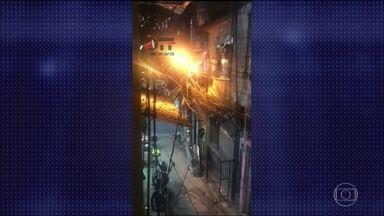 Policial e morador da Rocinha morrem durante troca de tiros no Rio - Policiais da UPP da Rocinha faziam um patrulhamento de rotina quando foram atacados por criminosos. Um PM foi atingido e trazido para o Hospital Miguel Couto, mas não resistiu. Um morador também foi baleado e morreu na passarela em frente à Rocinha.