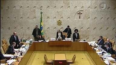 """Luís Roberto Barroso e Gilmar Mendes discutem no STF - Barroso disse que Gilmar é uma """"mistura de mal com o atraso e pitadas de psicopatia"""". Gilmar rebateu, dizendo que Barroso """"deveria fechar o seu escritório de advocacia"""". Em carta à ministra Cármen Lúcia, Barroso desmentiu Gilmar."""