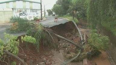 Chuva causa mais estragos e interdita ruas em vários pontos de São Carlos, SP - Segundo a Defesa Civil, choveu 75 milímetros durante 6h na quarta-feira (21).