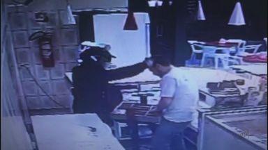 Assaltante aponta arma para cabeça de comerciante durante roubo em Matão - Polícia Militar foi acionada, mas suspeitos fugiram e não foram localizados.