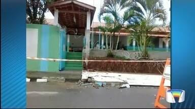 Chuva causa estragos em Pindamonhangaba - Muro de escola desabou.