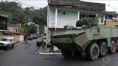 Intervenção faz duas operações no Rio. Uma delas no interior do estado - Forças Armadas e a polícia cumpriram mandados de prisão em comunidades de Angra dos Reis e da capital. Policiais mortos em confrontos no estado receberam homenagem na Lagoa Rodrigo de Freitas.