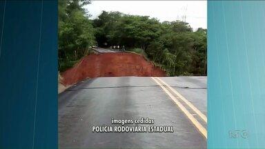 Rio Catingueiro leva ponte e divide a PR 082, entre Cianorte e Terra Boa - Foi durante as chuvas desta sexta-feira, 23. A rodovia está interditada.