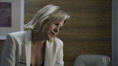 Jô diz para Adriana que Patrick deve ter ter alguma relação com Clara - Advogada tem esperança de conquistar o rapaz. Clara conta para Patrick que Gael se declarou