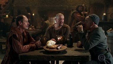 Romero, Olegário e Lupércio conversam sobre a situação de Montemor - Eles percebem que a princesa já conquistou a admiração de alguns