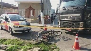 Criança morre atropelada por caminhão enquanto andava de bicicleta com a mãe - Mãe da menina foi levada para o Hospital Municipal de São Vicente.