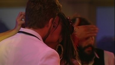 Paula beija Breno e diz: 'Dei sorte' - Na Festa A Era do Rádio, Paula e Breno se beijam