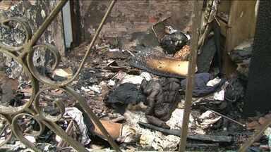 Incêndio destrói casa em Umuarama; adolescente consegue escapar - Ele fugiu e chamou uma vizinha, que ligou para os bombeiros.