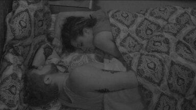Paula e Breno dormem após noite quente - Brothers dormem no Bangalô do Líder