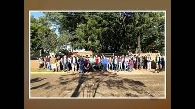 Pais e alunos protestaram contra a falta de transporte para a única escola de Unistalda - Dos 252 estudantes, 138 precisam de transporte, mas o Estado ainda não conseguiu contratar empresas pra prestar o serviço.