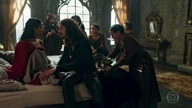 Rodolfo leva café na cama para Catarina - A rainha diz que não precisava ser acordada assim