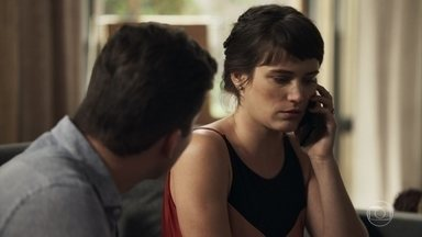 Clara pede ajuda a Josafá para o exame de DNA de Aura - Oficial de justiça entrega o mandado na casa da milionária e Patrick a aconselha a ligar para o avô