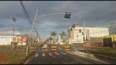 Trecho de avenida é interditado por risco de queda de semáforo em São Carlos - Equipamento pode ter sido atingido em acidente, segundo agentes de trânsito. Ainda não há previsão para liberação.