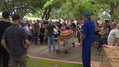 Vítimas de acidente com lancha em Angra dos Reis (RJ) são enterradas - Na sexta-feira (30), os turistas estavam no lugar conhecido como Lagoa azul, quando uma lancha avançou neles. Imagens feitas pouco antes do acidente mostram a embarcação próxima dos banhistas.