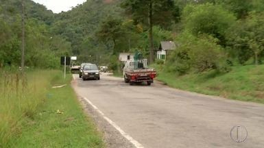 Rachadura na RJ-142 deixa o trânsito perigoso na Região Serrana do Rio - Assista a seguir.