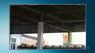 Quatro presos fogem da cadeia pública de Jaguariaíva - A fuga foi na tarde da segunda-feira (02). Os presos serraram a grade do local de banho de sol e tiveram acesso ao muro que faz divisa com um posto de combustíveis.