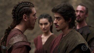 Tiago e Saulo discordam sobre nova lei imposta por Rodolfo - Soldados discutem sobre prisão de Cássio e Selena tenta acalmar os ânimos