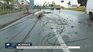 Trânsito fica complicado em Contagem após acidente com queda de poste - Um caminhão foi atingido na Via Expressa, no bairro Parque São João.