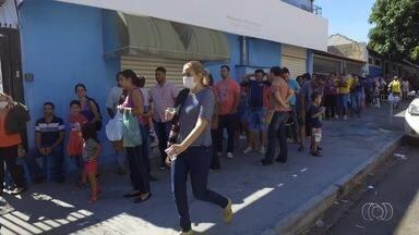 População dorme na porta de clínicas particulares em busca de vacina contra H1N1 em Goiás - Procura aumentou depois que três mortes foram confirmadas pelo vírus.