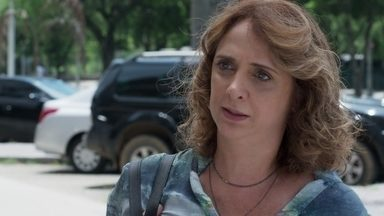 Juliana pressiona o porteiro do prédio de Breno - Gabriela pede que a mãe de Verena tente se acalmar e promete ajudá-la a resolver a situação com Verena